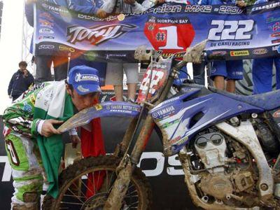 """Tony Cairoli – il due volte campione del mondo si aggiudica il """"Supercross di Genova""""…e intanto prova la Yamaha M1 di Rossi"""