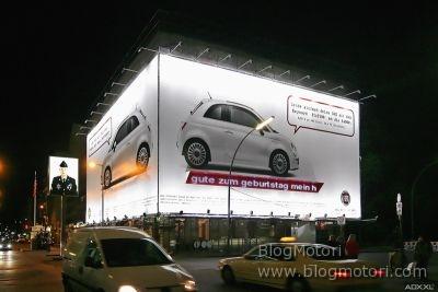 """La Fiat 500 """"parla"""" a Berlino presso il leggendario Checkpoint Charlie"""