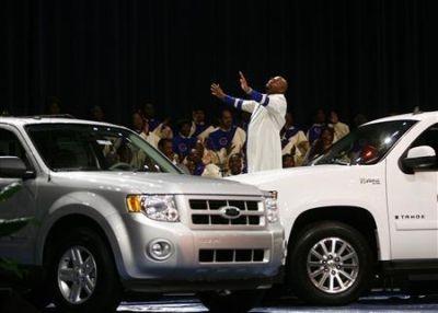 Mercato dell'auto in crisi? A Detroit il Reverendo Charles Ellis prega per scongiurarla (il video)