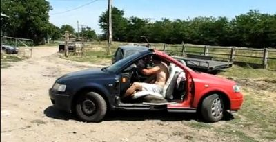 meccanici romeni saldano il frontale di due auto