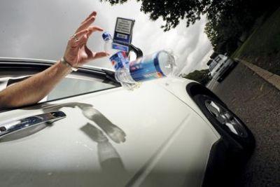 Per chi getta qualcosa dal finestrino dell'auto una sanzione fino a 1000 euro