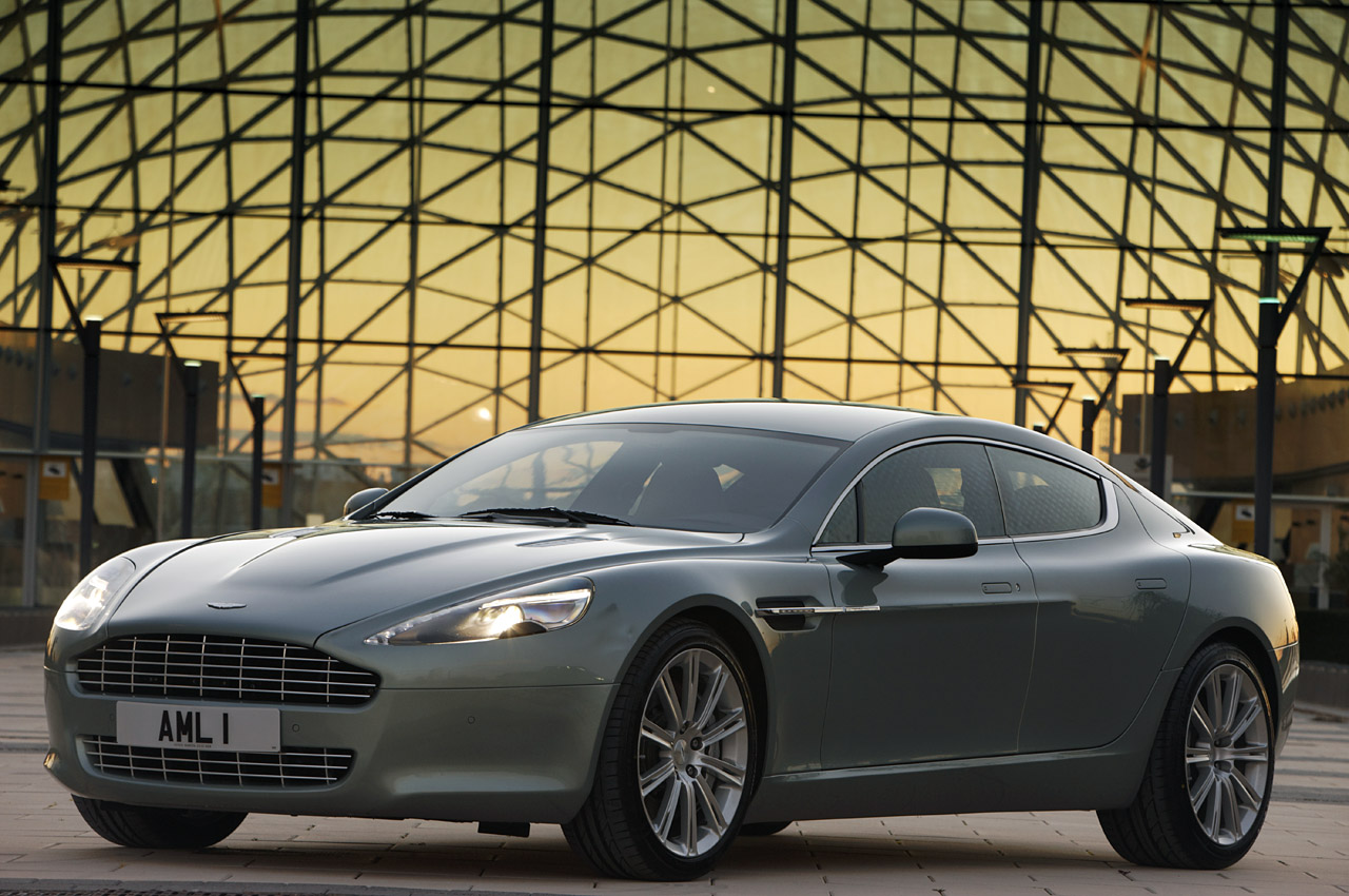 Aston Martin Rapide vs Porsche Panamera: video e immagini