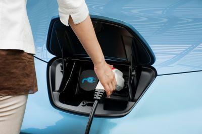 Ricerca Accenture: su 1.800 consumatori, il 60% sceglierebbe un'auto ibrida o elettrica