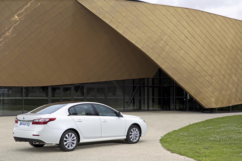 Renault Latitude: video e immagini ufficiali