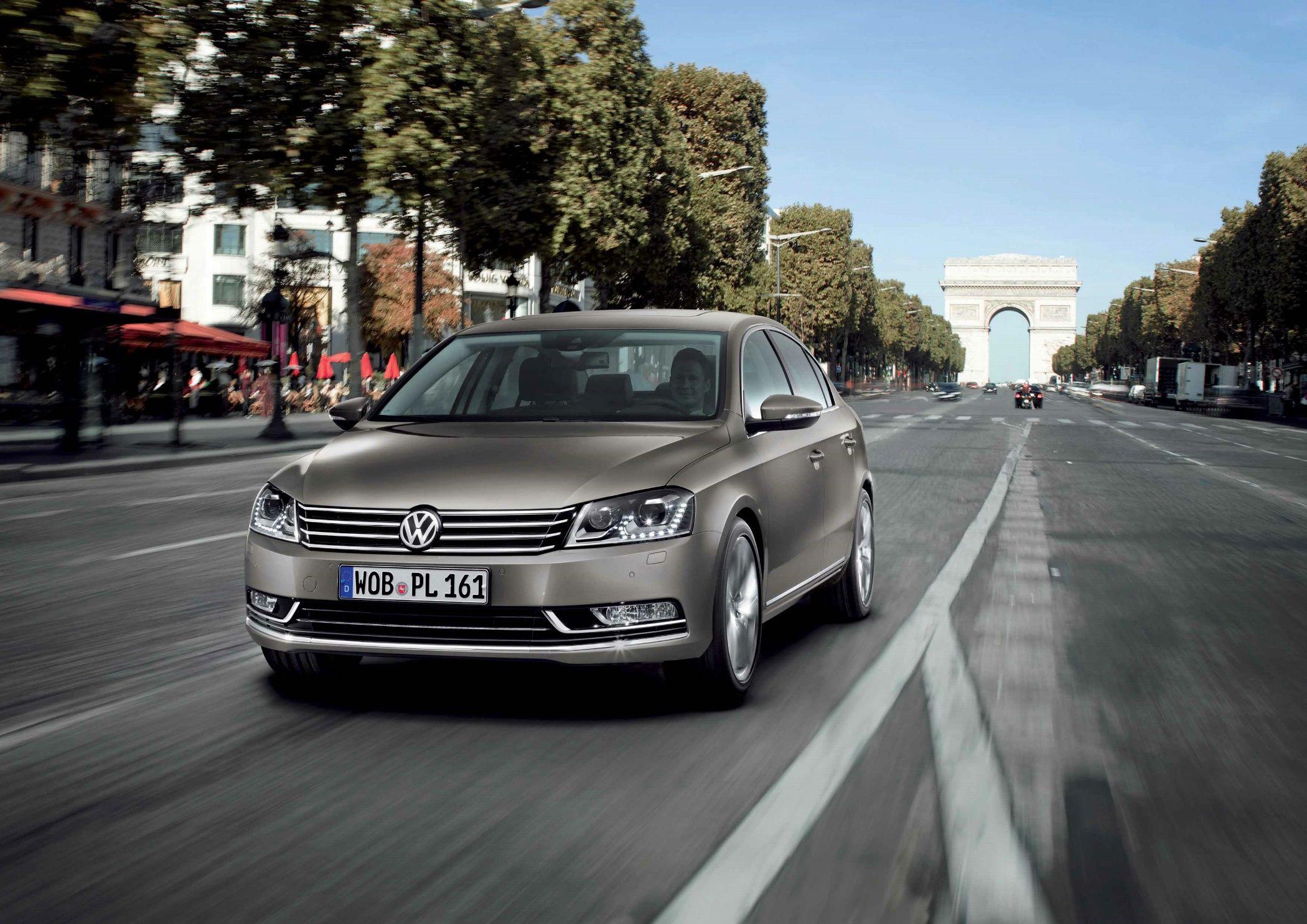 Nuova Volkswagen Passat: consumi da 4,1 l/100 km e design del frontale in stile Phaeton