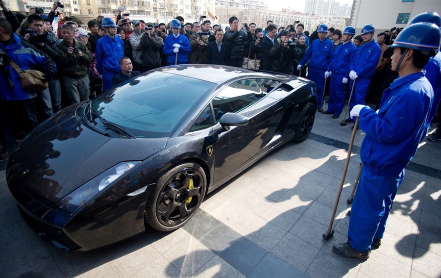Cina: Lamborghini Gallardo distrutta a martellate (immagini e video)