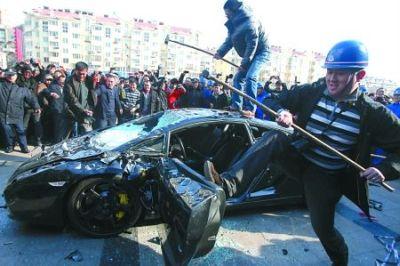 Cina Lamborghini Gallardo distrutta a martellate