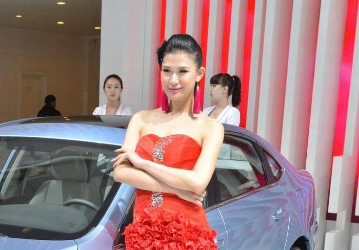 Hostess cinesi e auto: a Shanghai 2013 un connubio che desta curiosità