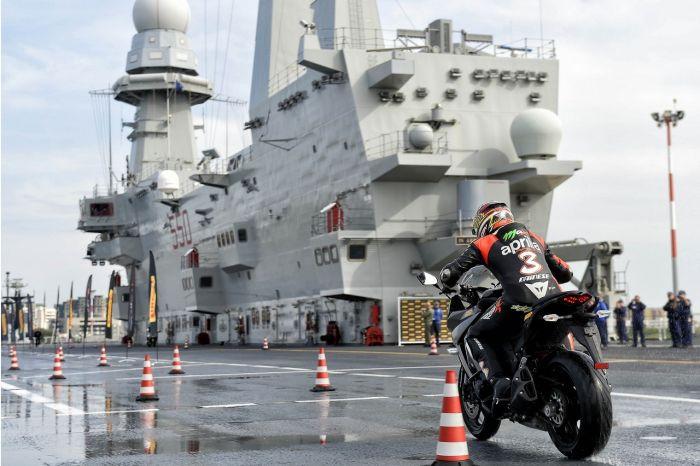 Pirelli Angel GT e Max Biaggi protagonisti sulla portaerei Cavour