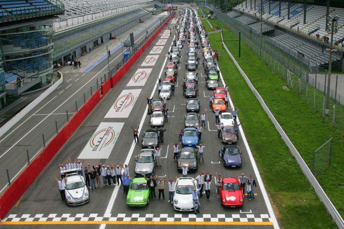 Porsche: i 50 anni della 911 spingono anche il mercato