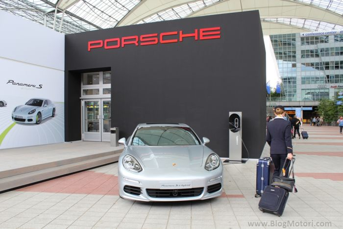 Porsche Panamera S E-Hybrid: colpo d'occhio all'aeroporto di Monaco