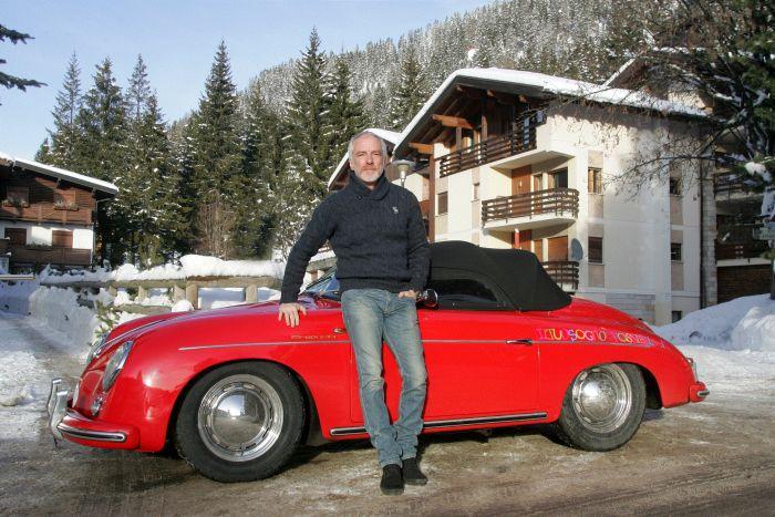 PIetro Innocenti direttore generale Porsche Italia vicino alla 356_ Speedster del museo storico di Porsche Italia