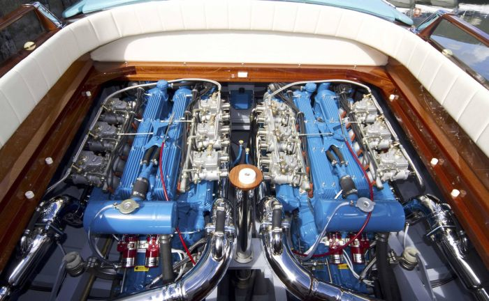 Lamborghini_350_GT_V12_engines_2