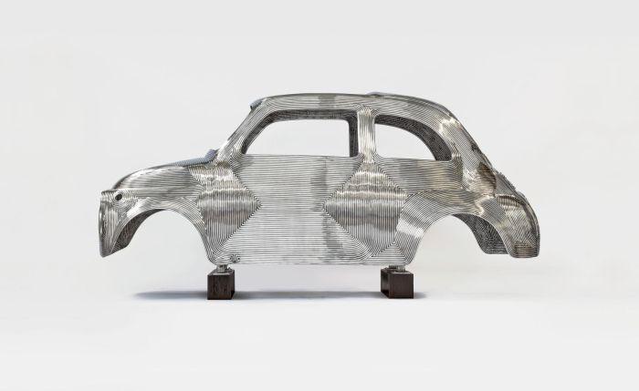 L'iconica Fiat 500 protagonista della mostra In Reverse di Ron Arad alla Pinacoteca Agnelli