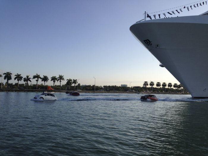 Miami Fiat 500 galleggianti salutano i crocieristi della MSC Divina 01