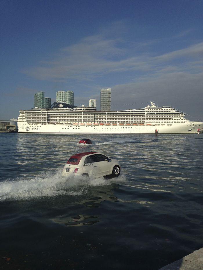 Miami Fiat 500 galleggianti salutano i crocieristi della MSC Divina 02
