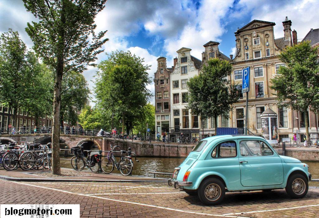 Le auto più belle passeggiando lungo l'Herengracht di Amsterdam