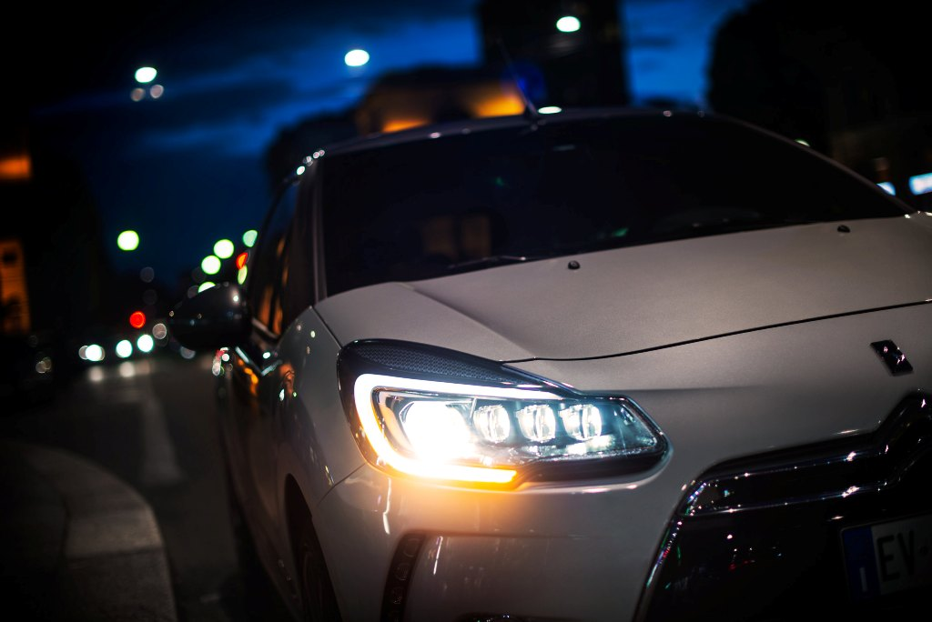 DS 3 con i nuovi fari Xeno Full LED: dalla Diamond Tower alle strade di Milano