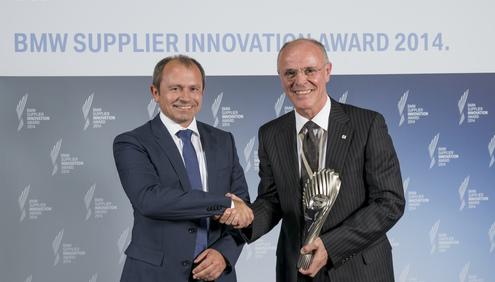Franco Annunziato (sulla destra), CEO e Presidente di Bridgestone Europe, riceve il BMW Supplier  Innovation Award da Gerhard Kurz, Senior VP Purchasing Driving Dynamics