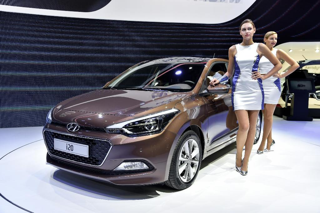 Paris Motor Show 2014 Girls 01
