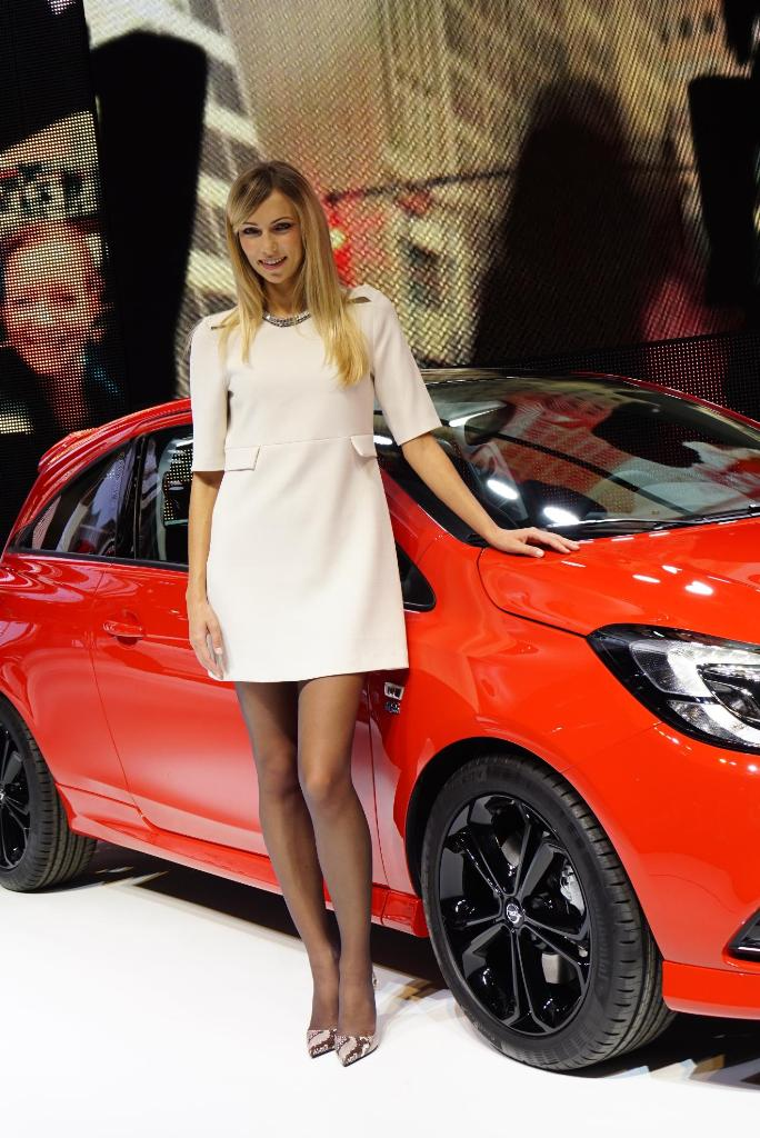 Paris Motor Show 2014 Girls 16