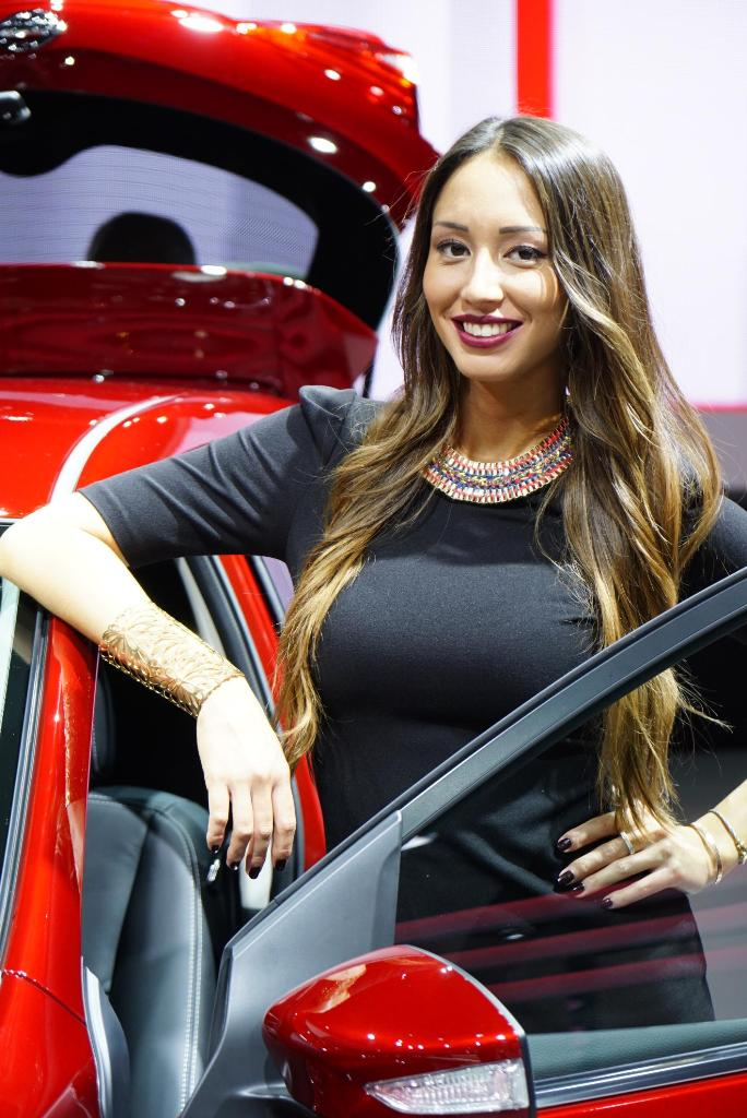 Paris Motor Show 2014 Girls 18
