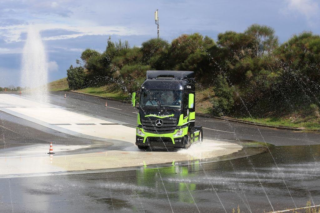 Camionisti in pista per la guida sicura con 'Vita da Camionista' Curva bagnata
