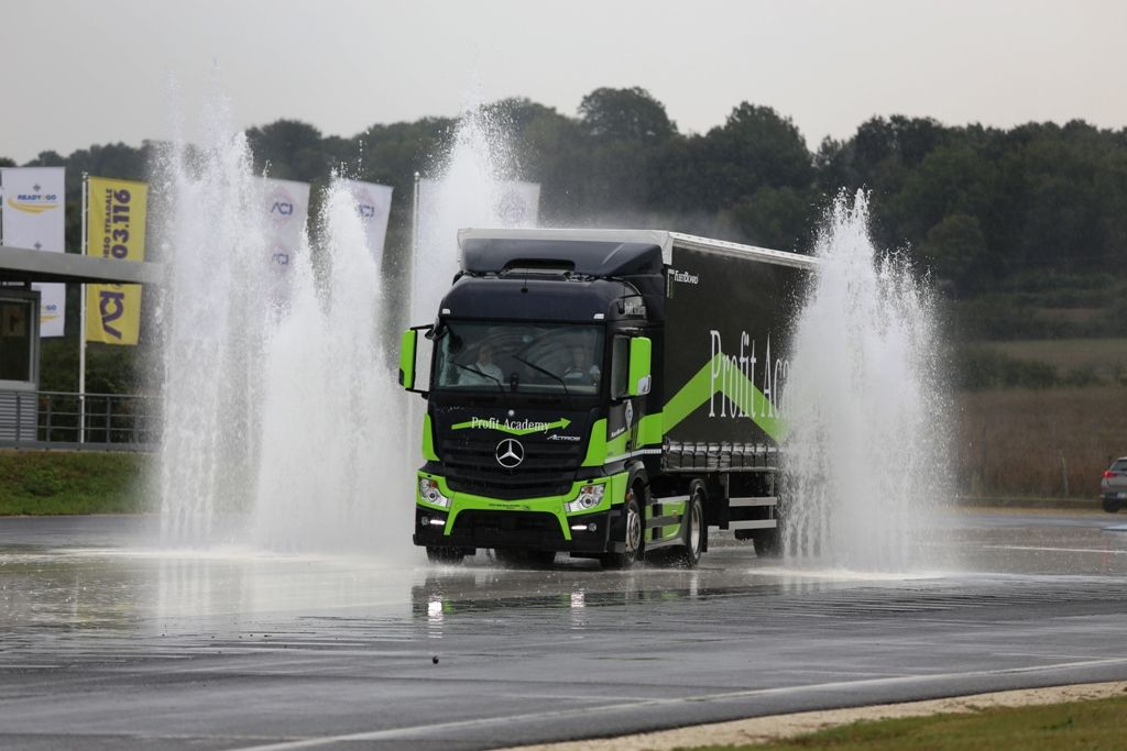 Camionisti in pista per la guida sicura con 'Vita da Camionista'