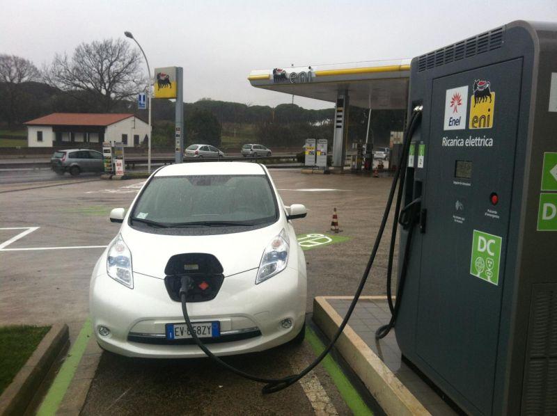 Nissan LEAF si ricarica sulla prima colonnina rapida multistandard in Italia di ENEL e ENI
