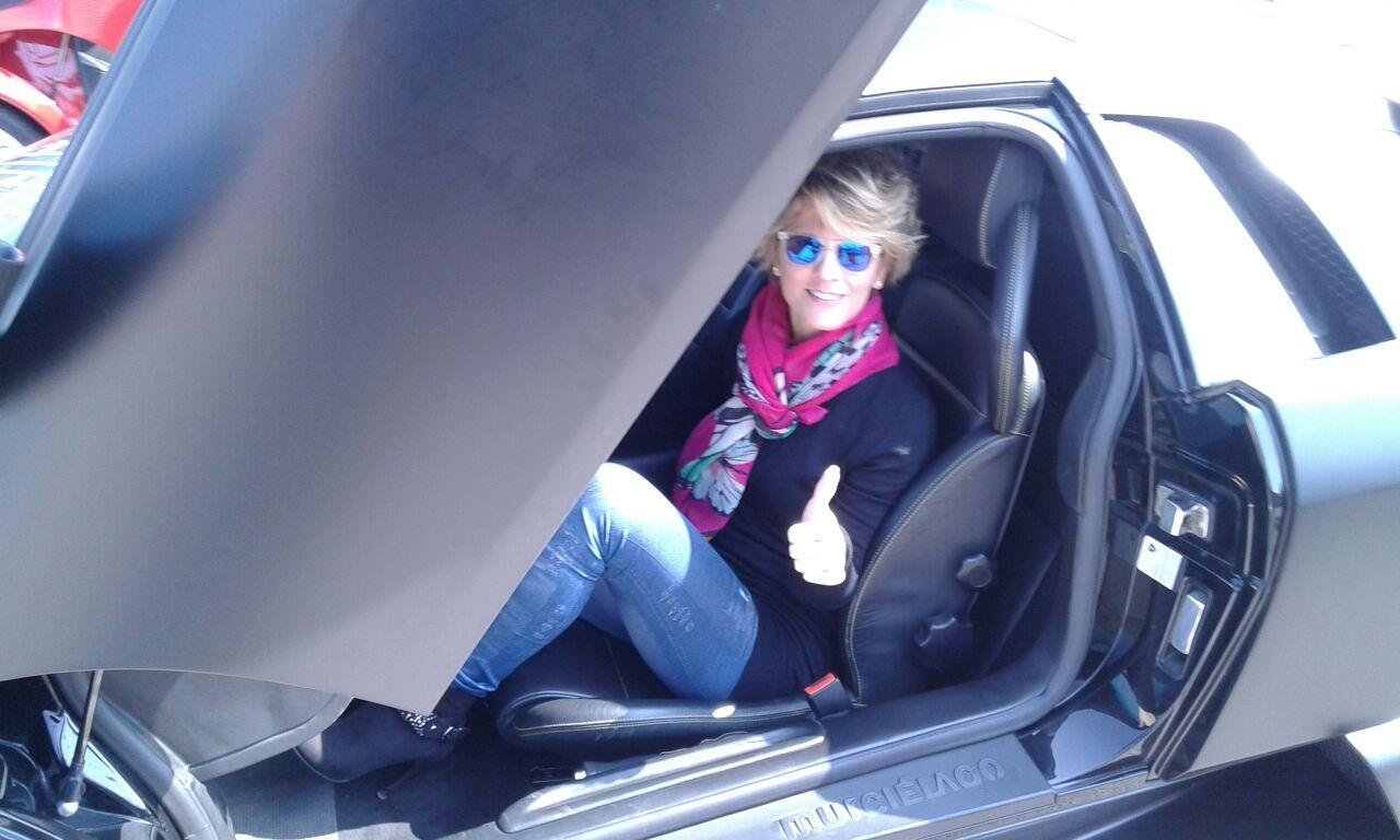 Elena Perazzani a bordo della Lamborghini Murciélago
