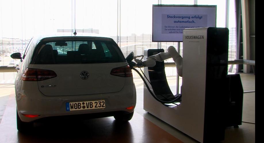 e-smartConnect di Volkswagen: un robot per la ricarica delle auto elettriche