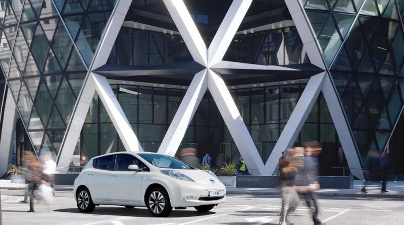 """Nissan, leader del mercato EV con il celebre studio di architettura Foster + Partners per ripensare la """"stazione di servizio del futuro"""""""