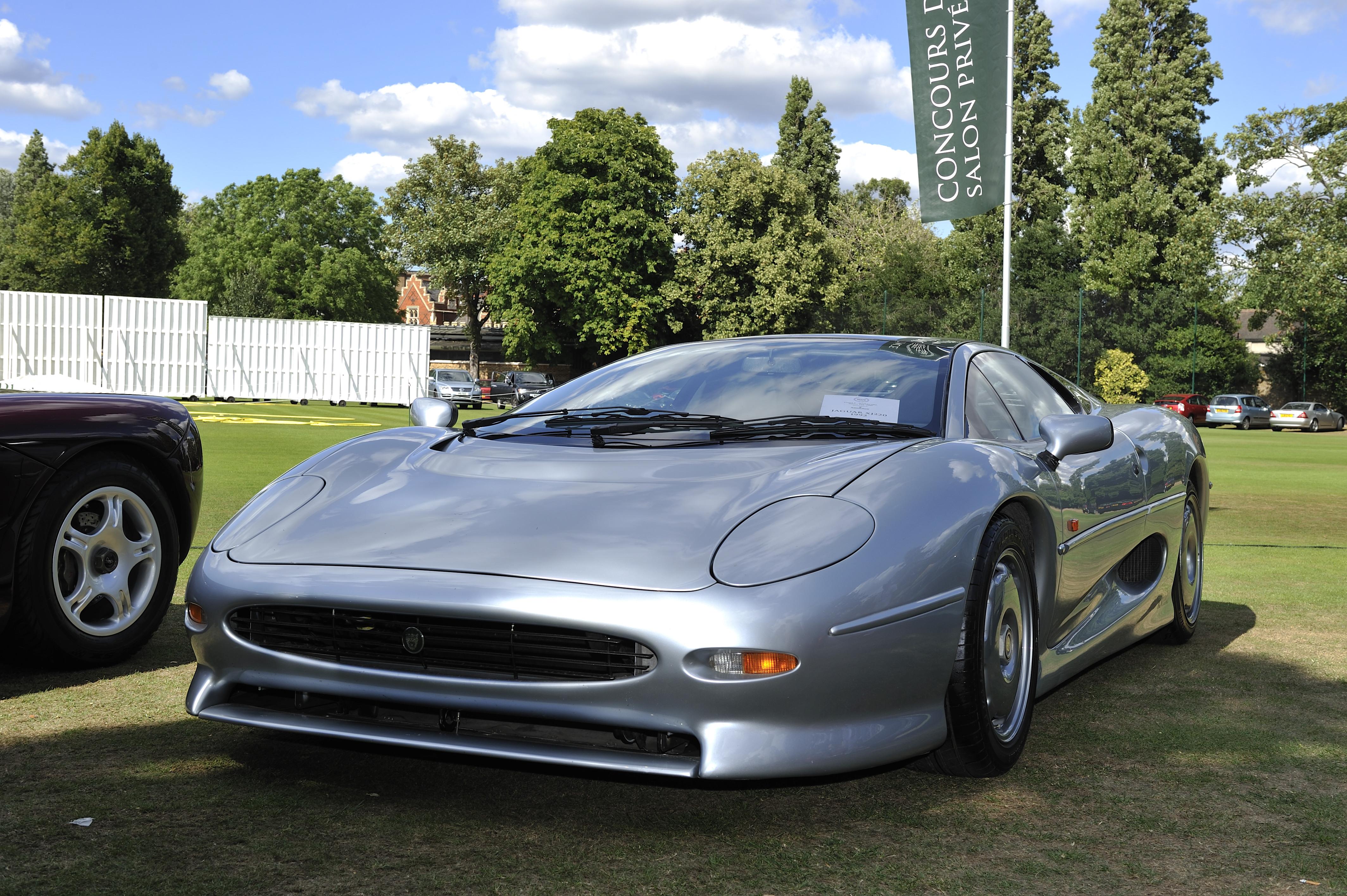 Il ritorno su strada della Jaguar XJ220 con Bridgestone