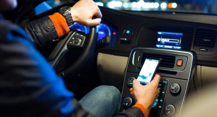 Allarme smartphone alla guida: ecco i numeri
