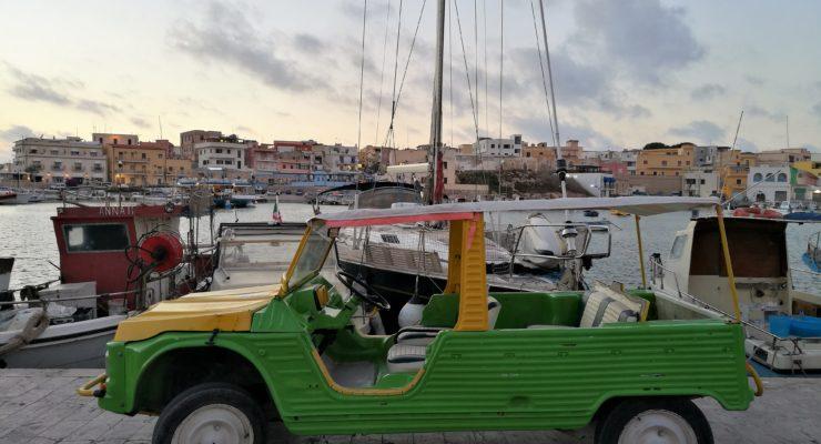 Lampedusa: il mare cristallino, la Mehari e le foto a pelo d'acqua