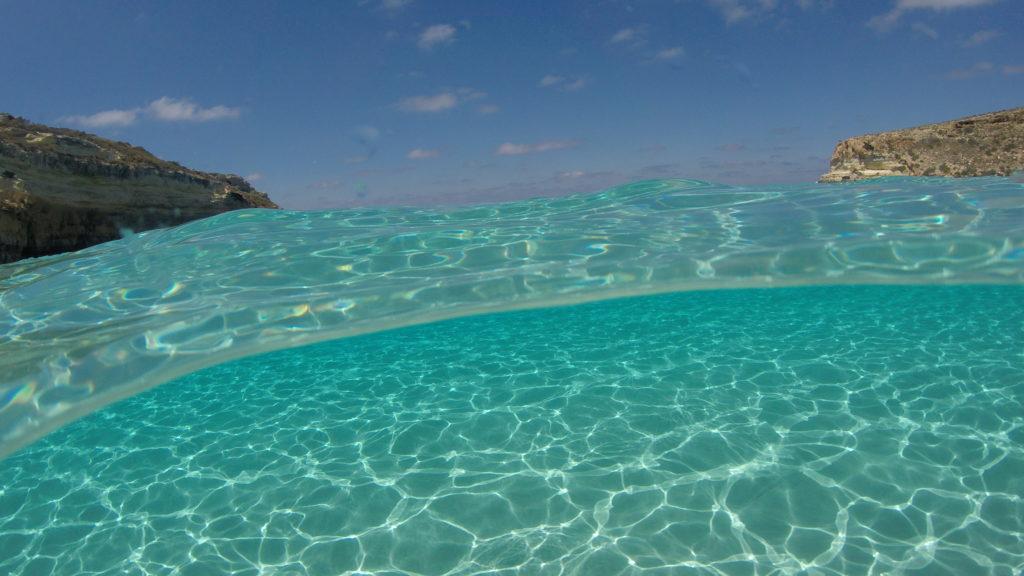 Lampedusa Il Mare Cristallino La Mehari E Le Foto A Pelo D Acqua