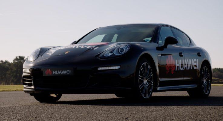 Una Porsche Panamera guidata da un Huawei Mate 10 Pro