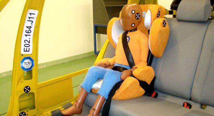 Viaggiare sicuri con i bambini: TÜV Italia illustra i nuovi standard per i seggiolini auto
