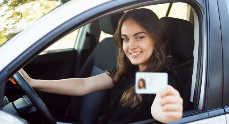 AutoScout24 interroga i giovani neopatentati: solo il 13% sogna l'auto elettrica